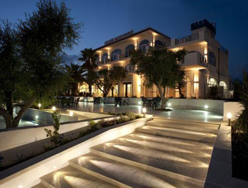Illuminazione serale dell'Hotel Club Azzurro