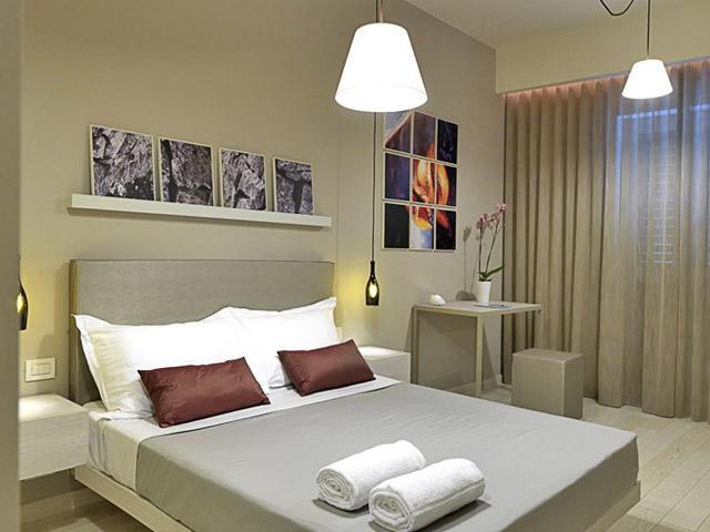 Camera da letto elegante e confortevole