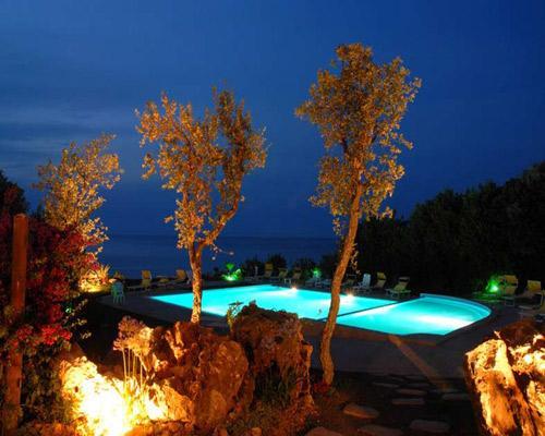 Illuminazione serale dell'hotel Pietre Nere in Puglia