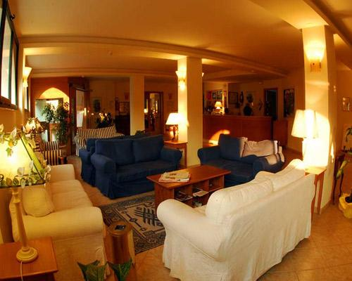Salottini dell'Hotel Pietre Nere a Rodi Garganico