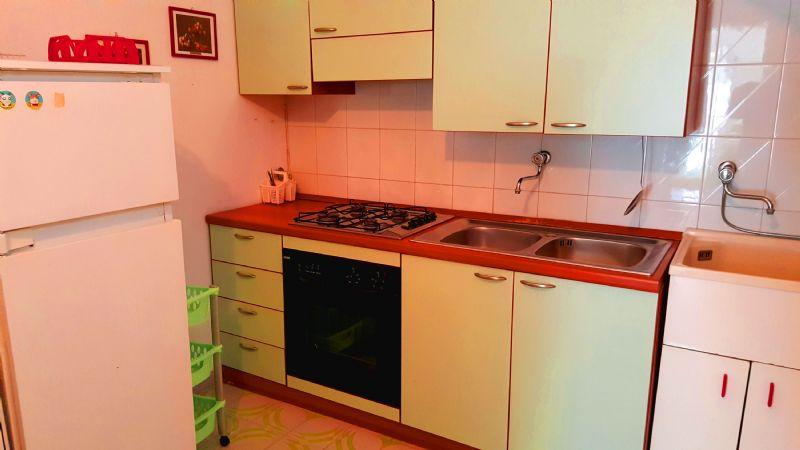 piano cottura provvisto di stoviglie, pentolame, forno e frigo con freezer
