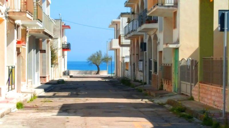 la stradina che conduce alla spiaggia vista subito dopo girato l'angolo dalla casa vacanza