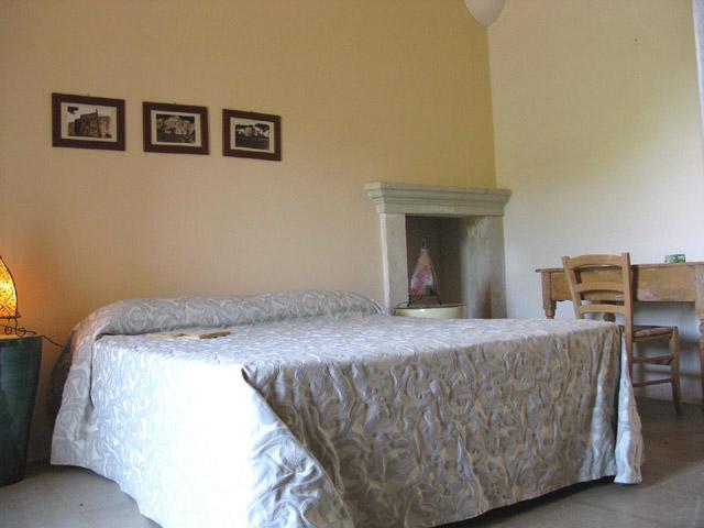 Camera da letto matrimoniale arredata con cura