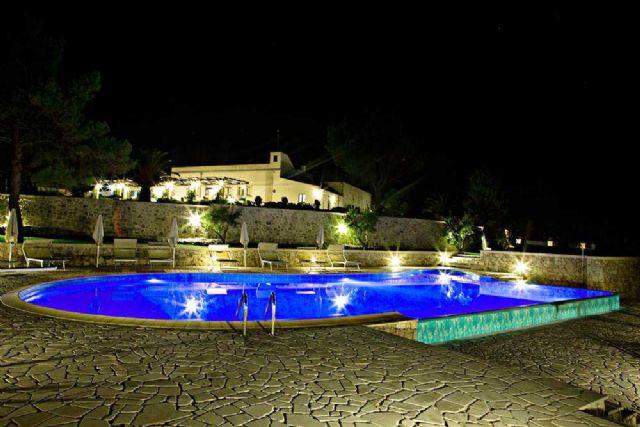 La piscina di Hotel Panareo in notturna