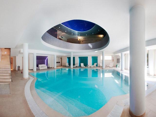 Modernissima piscina interna riscaldata con idromassaggio