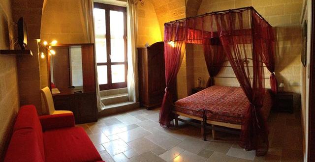 le camere sono arredate con letti matrimoniali in ferro battutto