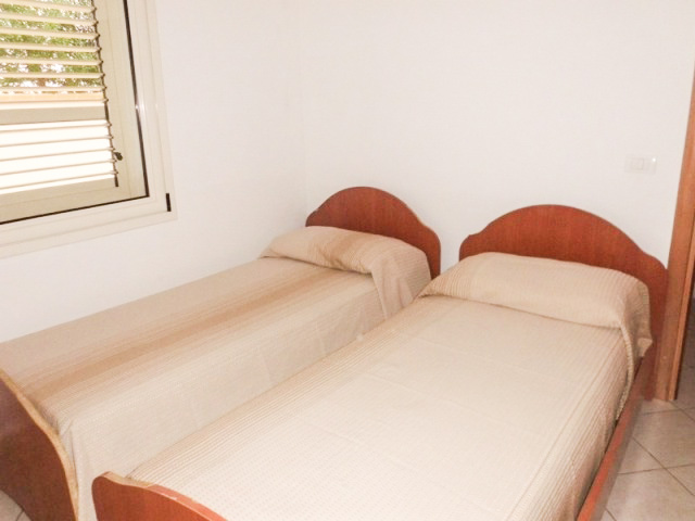 la camera con due letti piani nel trilocale del Residence Il Tramonto