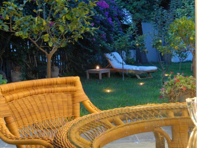 Spazio esterno attrezzato con divanetti e tavolini