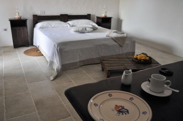 camera di hotel masseria Uccio con pavimenti in pietra
