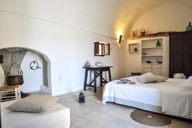 camera con antico camino e volte in pietra