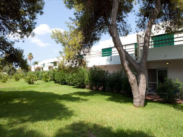 Spazi verdi antistanti le unita' abitative dell'hotel 4 stelle Robinson club di Ugento