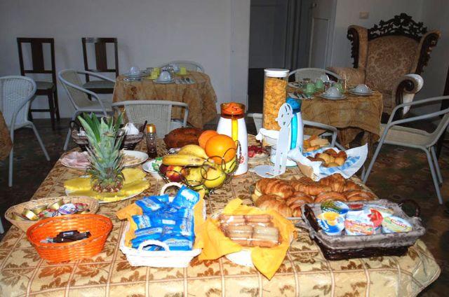 la ricca colazione a base di dolci e frutta