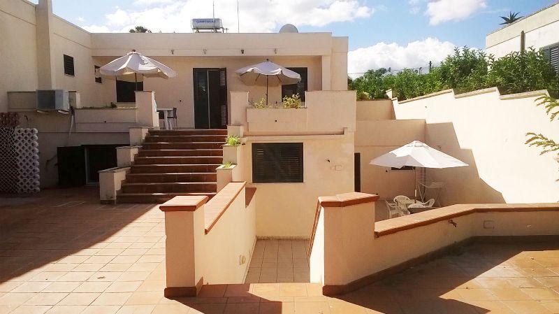 fronte della villa con accesso all'appartamento del piano basso dell'abitazione
