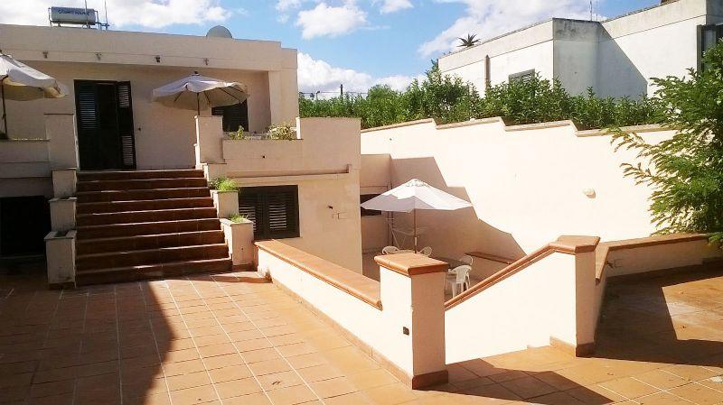 Entrata alla villa e accesso sul lato destro dell'abitazione all'appartamento posto in basso