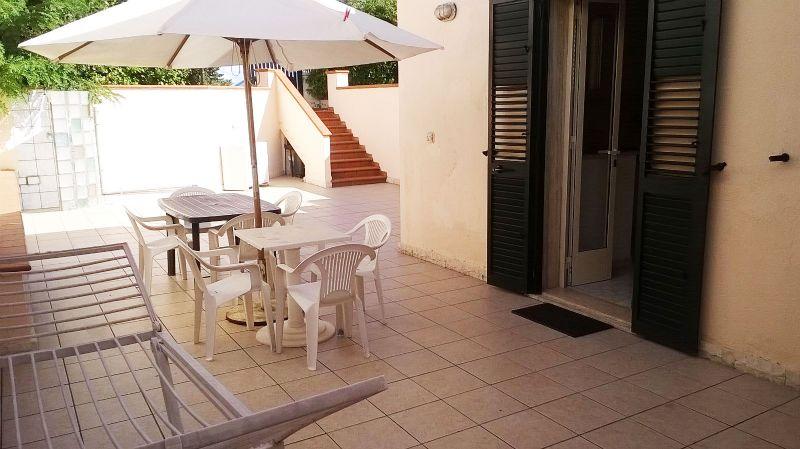 lo spazio esterno attrezzato con tavolo, sedie e omrellone