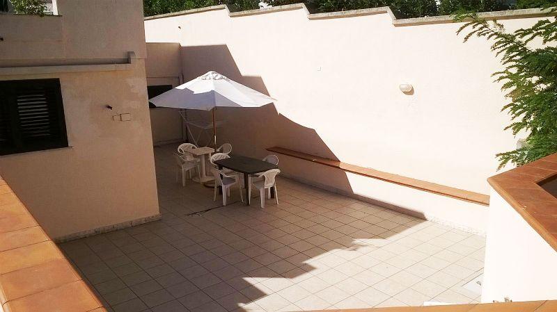 il patio arredato con mobili da esterni