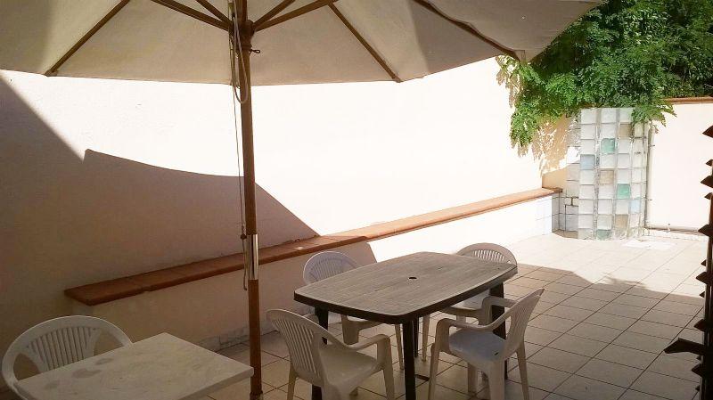 veranda con arredi da esterni
