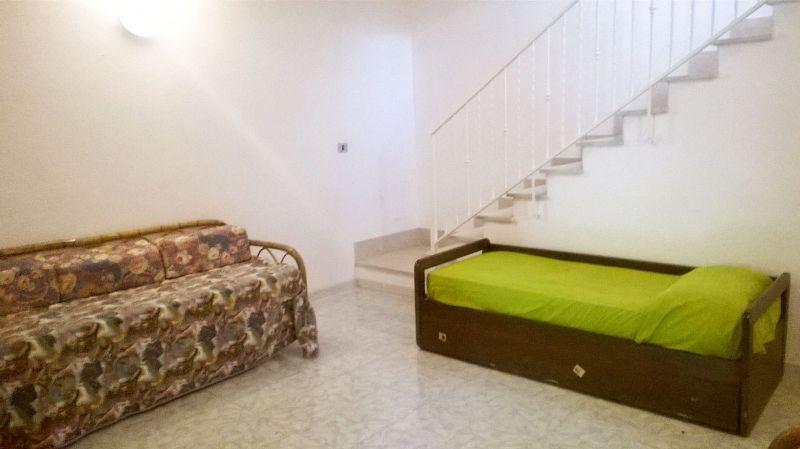 ambiente al livello basso dell'appartamento e disimpegno con le camere da letto