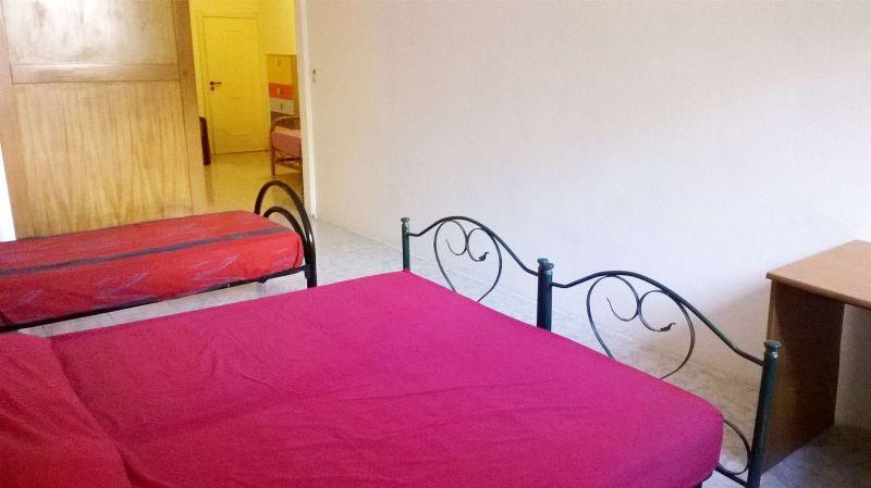 camera da letto con matrimoniale e singolo