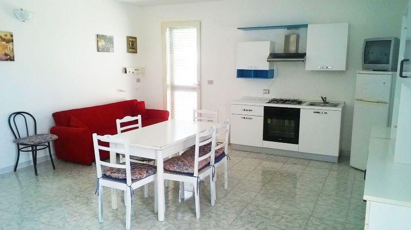 il soggiorno della casa vacanza con zona pranzo e angolo cucina