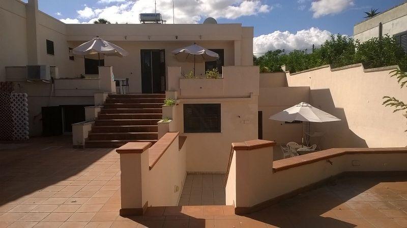 Il fronte dell'abitazione e la veranda della casa vacanza