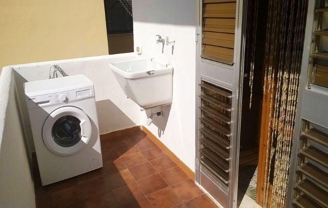 il balcone sul retro con lavatrice
