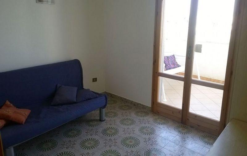il disimpegno arredato con il divano per il quinto e sesto posto letto