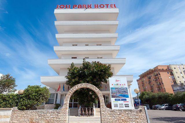 L'edificio nel centro in cui viene ospitato il Joli park Hotel