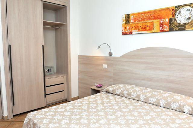 le camere sono arredate con mobili in legno dallo stile semplice e sobrio