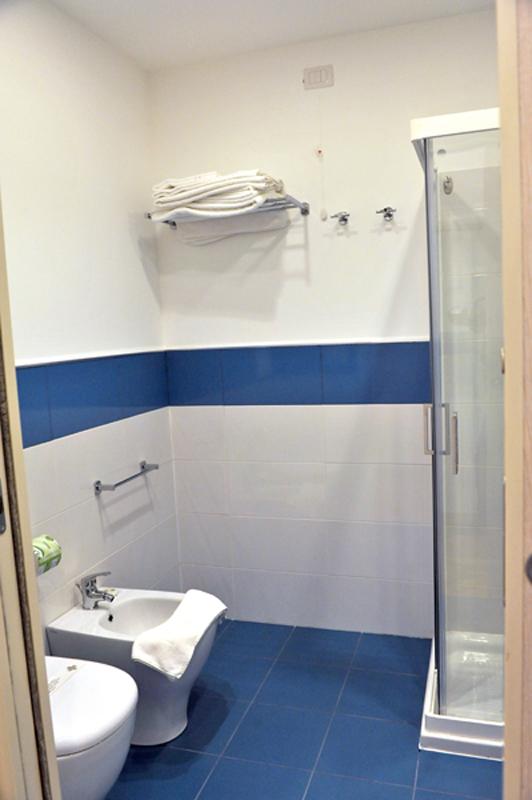 bagno con articoli da toilette in omaggio e box doccia