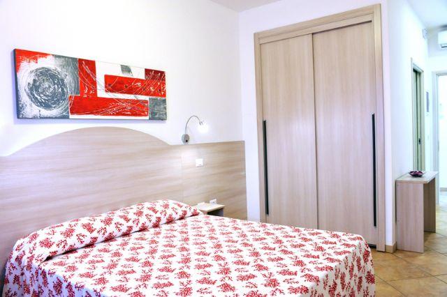 camere con letti matrimoniali standard e arredi semplici e moderni