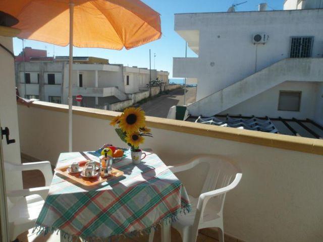 Le terrazze degli appartamenti de Il Tramonto sono provviste di ombrellone a mobili per esterni