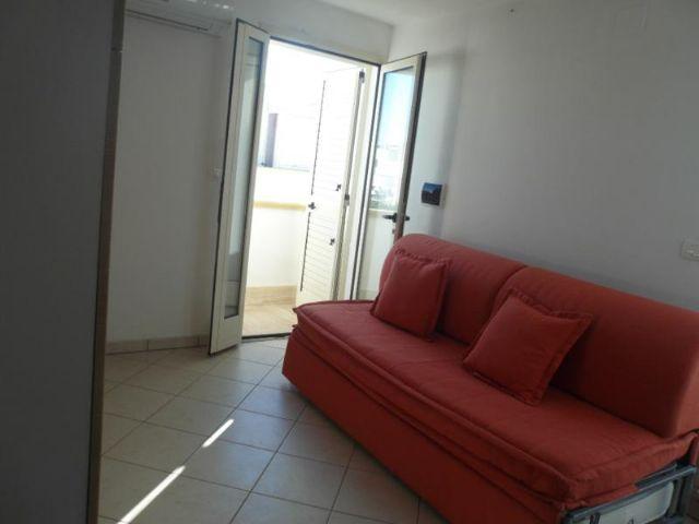 Dal soggiorno degli appartamenti de Il Tramonto si accede ad un balcone con zona pranzo all'aperto