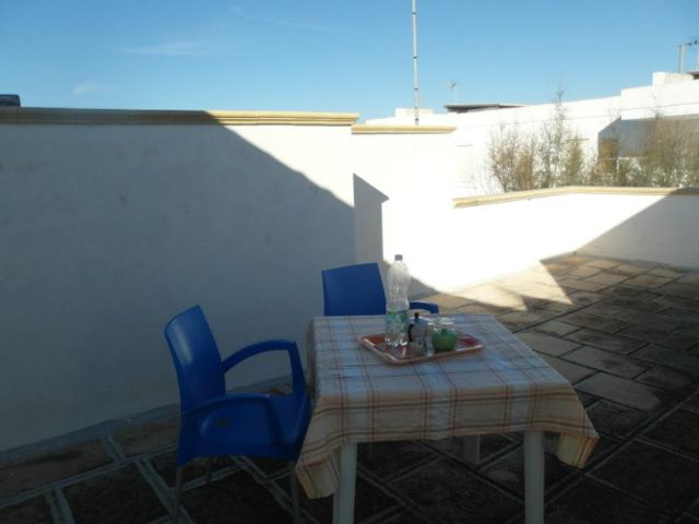 terrazze con zona pranzo all'aperto degli alloggi de Il Tramonto