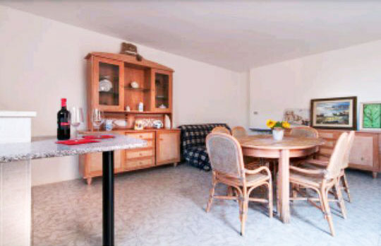 soggiorno con zona pranzo e divano letto matrimoniale della casa vacanza