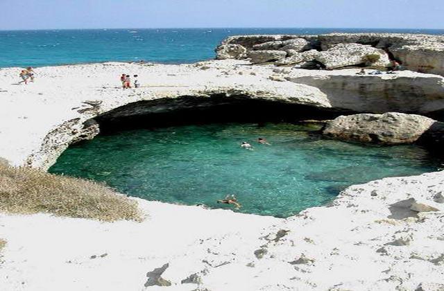 Il tratto di costa di fronte al complesso è roccioso; la spiaggia di sabbia con il lido attrezzato si trova a 1 km.