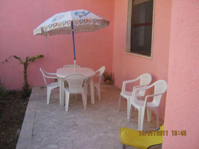 Spazio attrezzato con mobili da giardino