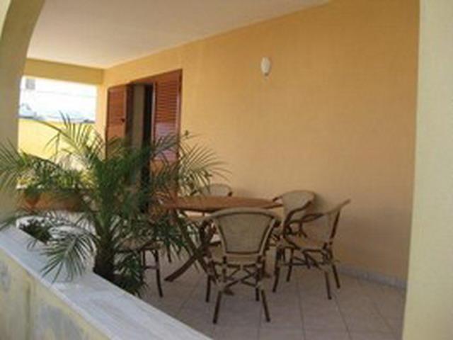 Spazio esterno attrezzato con mobili da giardino