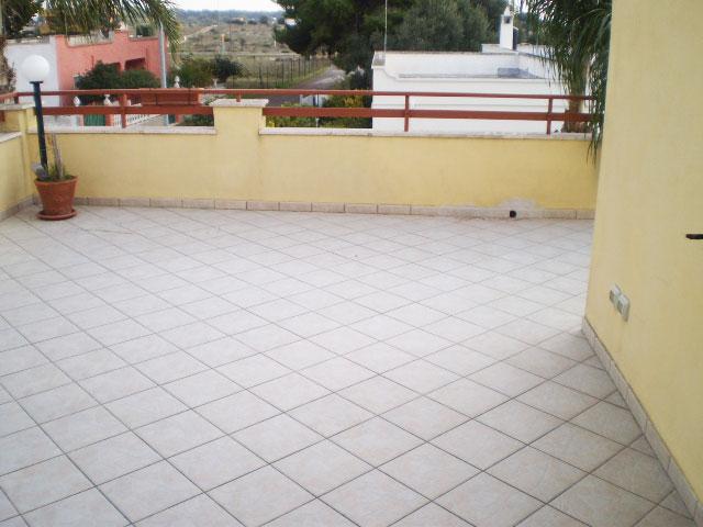 Villa circondata da ampia veranda/portico