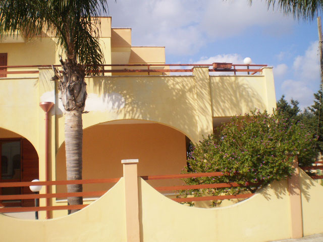 Vista della facciata della villa