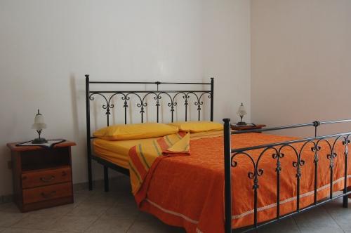 Camera matrimoniale con letto in ferro battuto