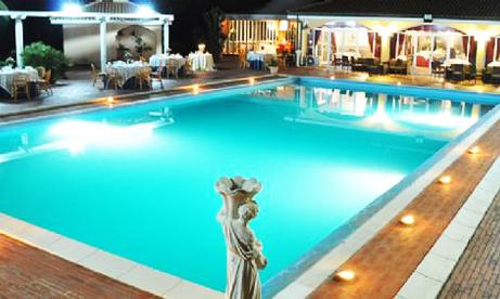 la sera la piscina diventa coreografica