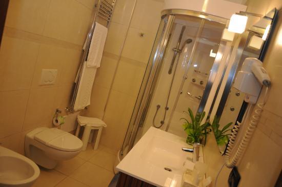 bagno con vasca e doccia idromassaggio