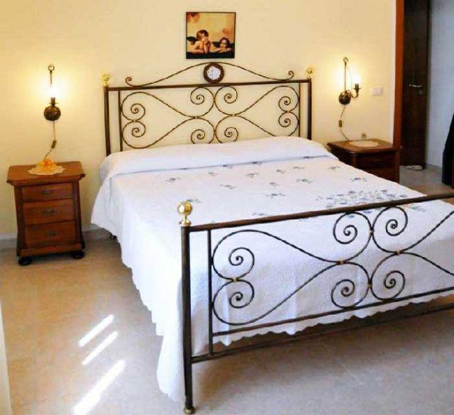 camera con letto matrimoniale in ferro battuto