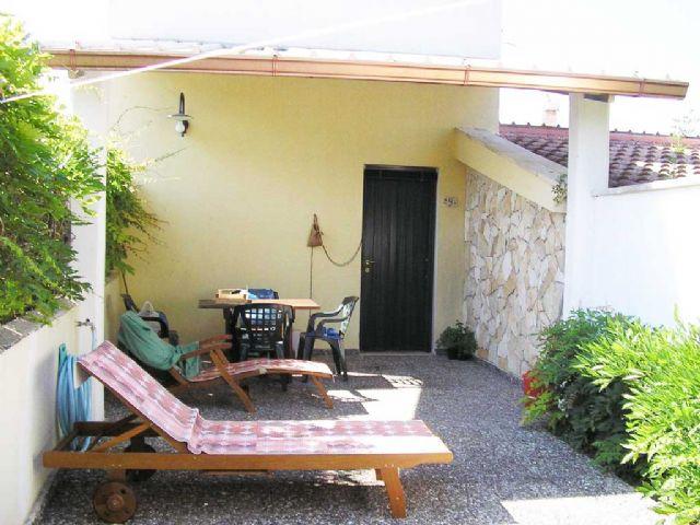 patio arredato con lettini prendisole