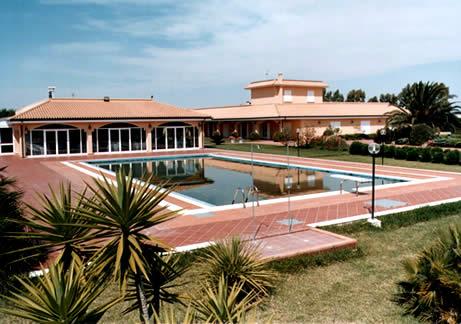 La piscina si trova nel centro della tenuta