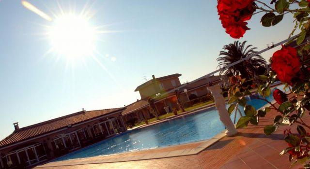 appartamenti e camere affacciano sulla piscina