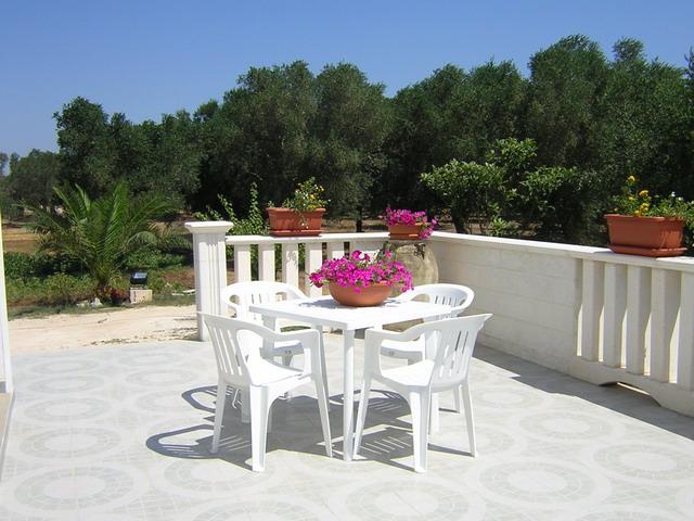 Veranda arredata con mobili da giardino degli alloggi in agriturismo nella zona di Santa Cesarea Terme