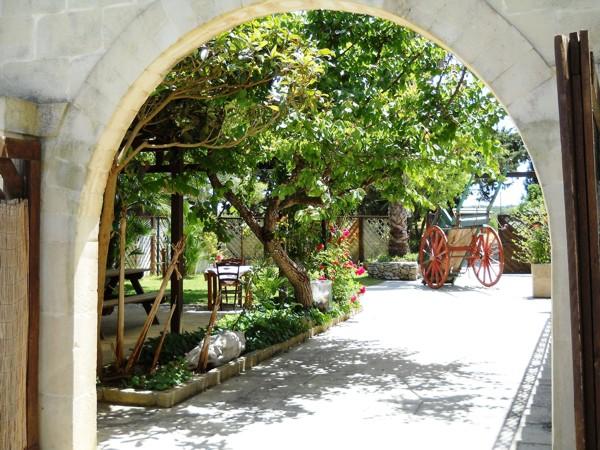 il cortile e l'accesso al ristorante