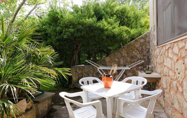 patio arredato con mobili da esterni